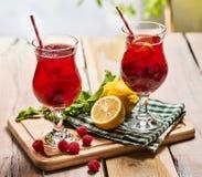 Na drewnianym są lodowi - zimni napojów szkła z jagoda koktajlem Zdjęcie Stock