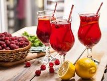 Na drewnianym są lodowi - zimni napojów szkła z jagoda koktajlem Zdjęcia Royalty Free