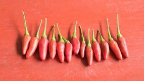 Na drewnianym stole chili czerwony pieprz Fotografia Stock