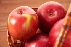 Na drewnianym stole czerwoni jabłka Zdjęcia Royalty Free