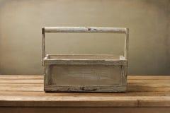 Na drewnianym stole drewniany pudełko Zdjęcie Stock