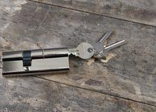 Na drewnianym stole kluczowa butla Zdjęcia Stock