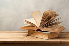 Na drewnianym stole rocznik książki Fotografia Stock