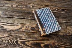 Na drewnianym stole starzejąca się książka Obrazy Royalty Free