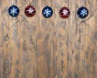 Na drewnianym tle bożenarodzeniowe dekoracje zdjęcie royalty free