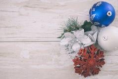 Na drewnianym tle bożenarodzeniowa dekoracja Zdjęcia Stock