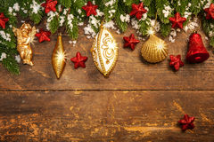 Na drewnianym tle bożenarodzeniowa dekoracja obrazy stock