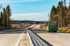 Na drodze tam jest pasażerski autobus Zdjęcie Stock