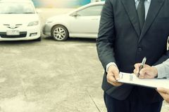 Na drogowego wypadku samochodowego asekuracyjnym agencie egzamininuje carcrash Fotografia Royalty Free