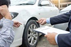 Na drogowego wypadku samochodowego asekuracyjnym agencie egzamininuje carcrash Zdjęcia Royalty Free