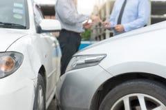 Na drogowego wypadku samochodowego asekuracyjnym agencie egzamininuje carcrash Obrazy Royalty Free