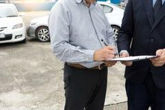 Na drogowego wypadku samochodowego asekuracyjnym agencie egzamininuje carcrash Obrazy Stock