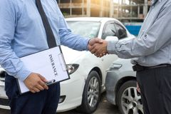 Na drogowego wypadku samochodowego asekuracyjnym agencie egzamininuje carcrash Obraz Stock