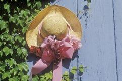 Na drzwi dekoracyjny słomiany kapelusz Obrazy Royalty Free