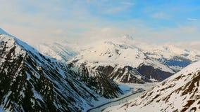 Na dużą skalę sceneria z skałami zakrywać w śniegu zbiory wideo