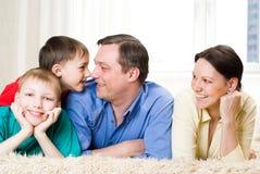 Na dywanie szczęśliwa rodzina Zdjęcia Stock