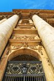 Na entrada à catedral de San Pietro fotografia de stock