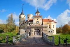 Na entrada ao castelo Bip, tarde ensolarada de outubro St Petersburg, Rússia imagem de stock royalty free