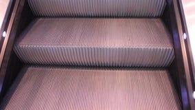 Na escada rolante video estoque