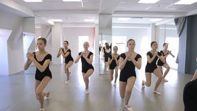 Na escola modelo as jovens mulheres estão fazendo squatting video estoque