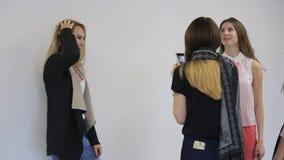 Na escola modelo a jovem mulher está tendo a sessão fotográfica vídeos de arquivo