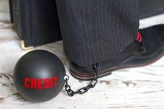 Na escravidão do conceito do crédito com a bola de metal na corrente e no pé Imagem de Stock