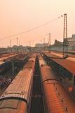Na estação de comboio na noite imagens de stock