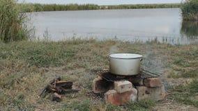 Na estaca no banco do rio ferveu a sopa dos peixes vídeos de arquivo