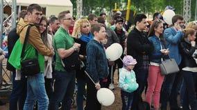 Na estada dos pares do amor entre a multidão audiências Festival do verão Dia ensolarado Crianças filme