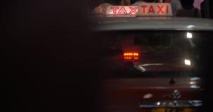 Na estrada do táxi do passeio da cidade da noite com verificador flamejante, nos povos de passeio vistos fundo video estoque