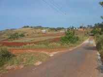 Na estrada e na paisagem distantes imagem de stock