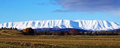 Na estrada, montanhas cobertos de neve em Nova Zelândia Fotografia de Stock Royalty Free
