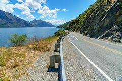 Na estrada nas montanhas, wakatipu do lago, otago, Nova Zelândia 6 foto de stock royalty free