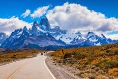 Na estrada que vai dois jipes Imagem de Stock Royalty Free