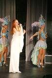 Na fase do concerto em um vestido branco, o vocalista da hortelã da faixa, vocalista extravagante Anna Malysheva Vermelho Foto de Stock Royalty Free