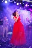 Na fase, na hortelã do grupo da PNF-rocha dos músicos e no cantor Anna Malysheva Canto dirigido vermelho de Jazz Rock Girl Imagens de Stock Royalty Free