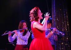 Na fase, na hortelã do grupo da PNF-rocha dos músicos e no cantor Anna Malysheva Canto dirigido vermelho de Jazz Rock Girl Fotos de Stock Royalty Free