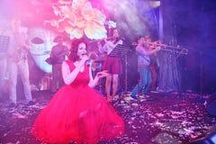 Na fase, na hortelã do grupo da PNF-rocha dos músicos e no cantor Anna Malysheva Canto dirigido vermelho de Jazz Rock Girl Imagem de Stock Royalty Free