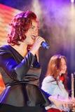 Na fase, na hortelã do grupo da PNF-rocha dos músicos e no cantor Anna Malysheva Canto dirigido vermelho de Jazz Rock Girl Fotografia de Stock Royalty Free
