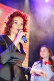 Na fase, na hortelã do grupo da PNF-rocha dos músicos e no cantor Anna Malysheva Canto dirigido vermelho de Jazz Rock Girl Fotos de Stock