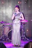 Na fase, na hortelã do grupo da PNF-rocha dos músicos e no cantor Anna Malysheva Canto glam dirigido vermelho da menina da rocha Foto de Stock Royalty Free