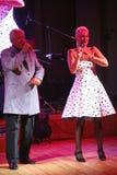 Na fase, o compositor-compositor, cantor, Maestro Alexander Morozov por sua esposa, Marina Parusnikova Imagens de Stock
