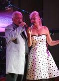 Na fase, o compositor-compositor, cantor, Maestro Alexander Morozov por sua esposa, Marina Parusnikova Imagem de Stock Royalty Free