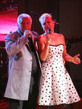 Na fase, o compositor-compositor, cantor, Maestro Alexander Morozov por sua esposa, Marina Parusnikova Fotos de Stock Royalty Free