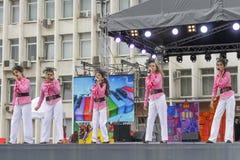 Na fase um grupo musical das crianças de canto Fotografia de Stock Royalty Free