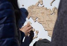 Na festa os recolhimentos da família o mapa feito de ímãs de madeira Fotografia de Stock