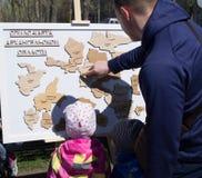Na festa os recolhimentos da família o mapa feito de ímãs de madeira Imagens de Stock