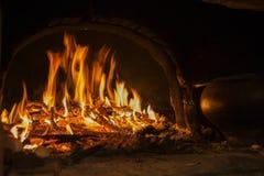 Na fornalha, as queimaduras do fogo Imagens de Stock Royalty Free