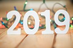 2019 na frente das luzes de Natal Imagens de Stock