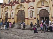 Na frente de uma igreja em San Cristobal de Las Casas Imagens de Stock